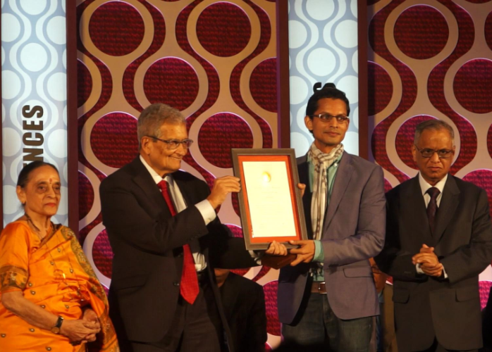 Photo of Shamnad receiving the Infosys Prize (Humanities) in 2014 from Mr. Amartya Sen